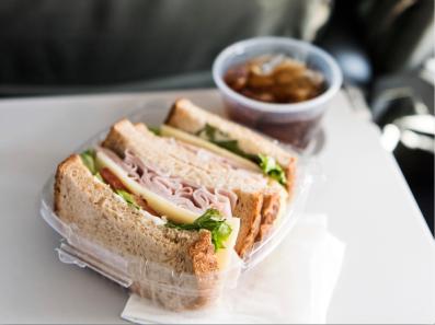 volaris-comer-durante-el-vuelo-comida